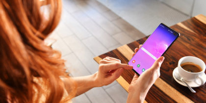 Person uses Samsung smartphone in a cafe